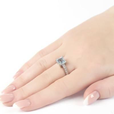 Серебряное кольцо на руке
