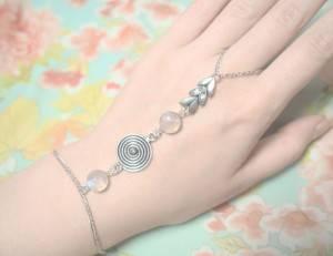 На руке серебряный браслет