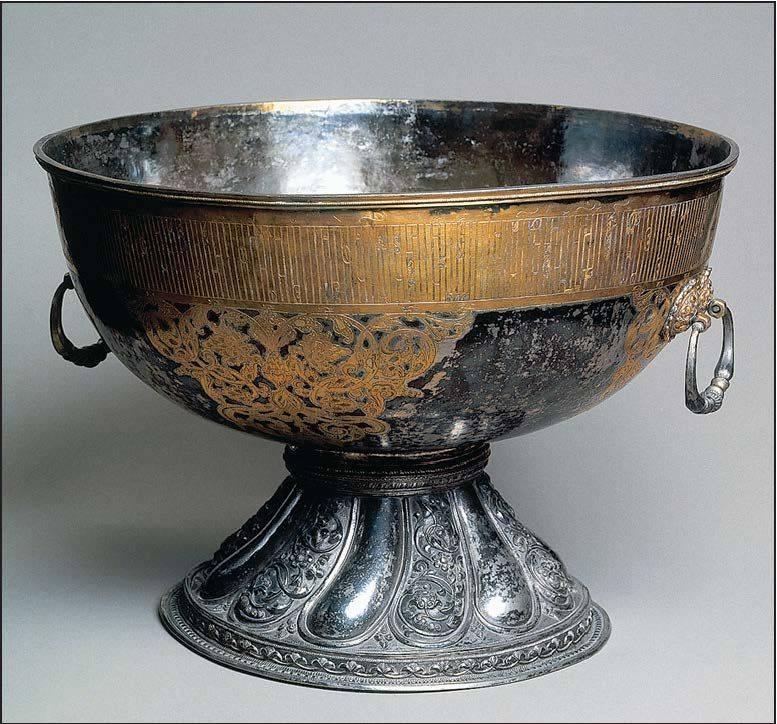 Стародавний кубок из серебра