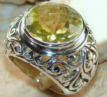 Эффектное кольцо с большим камнем