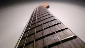 Na gitare serebryanye struny