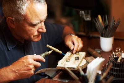 Ювелир ремонтирует цепочку