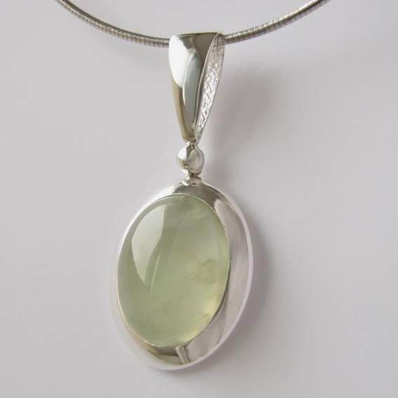 Серебро отлично сочетается с драгоценными и полудрагоценными камнями